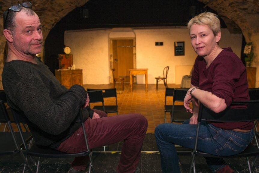 Anna Silke Röder und Andreas Unglaub sitzen im leeren Zuschauerraum. Wann ihr Schlosstheater in Augustusburg wieder öffnen darf, ist ungewiss. Deshalb möchten sie in diesem Jahr ein Sommertheater unter freiem Himmel anbieten.
