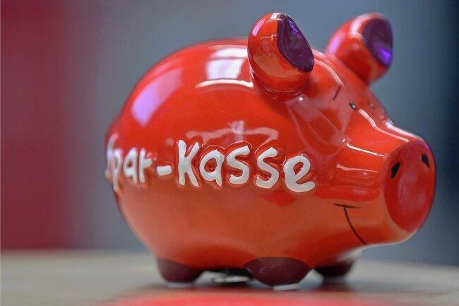 Kein Schwein beim Sparen: Tausende Sparkassenkunden aus Sachsen kämpfen um einen Zinsnachschlag. Jetzt drohen Ansprüche zu verjähren.