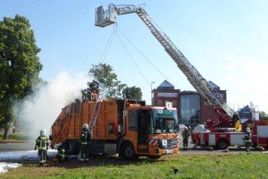 Beim Pressen von Sperrmüll kam es in diesem Lkw zu einem Brand, der nicht ohne Weiteres gelöscht werden konnte.