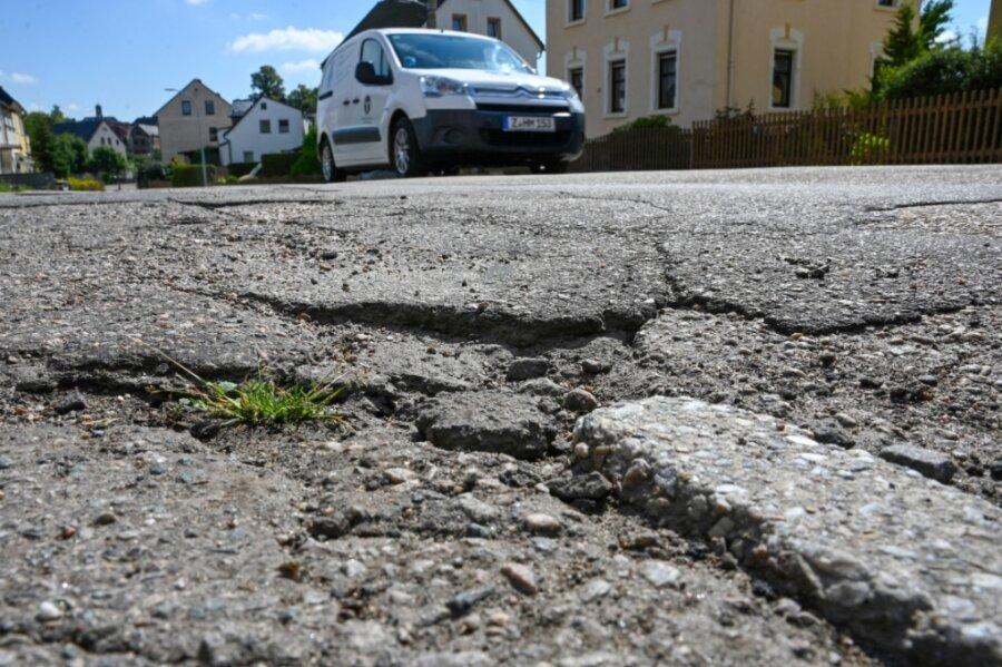 Kaputter Asphalt, kein Fußweg: Die Peniger Straße in Burgstädt liefert seit Jahren Anlass für Kritik.
