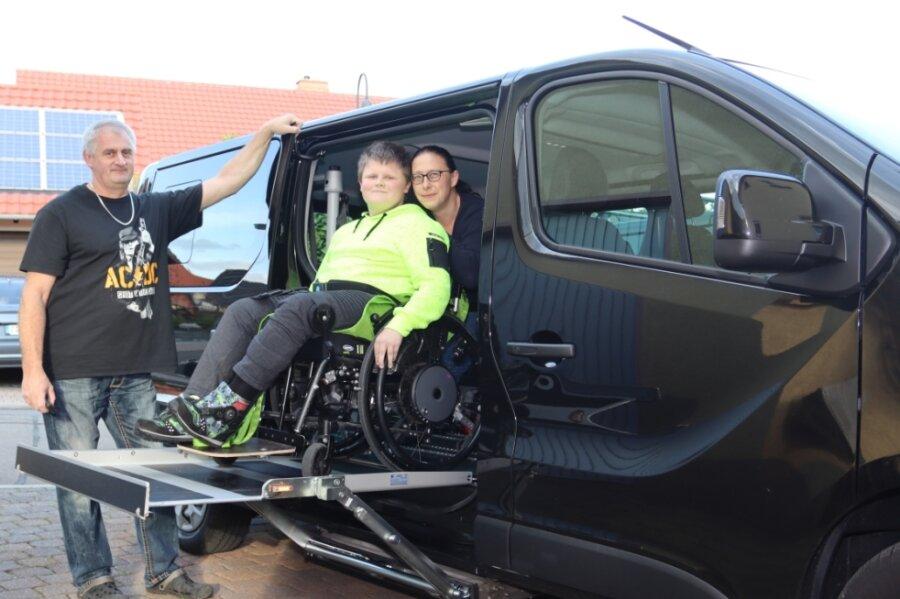 Der 14-jährige Nico, der an einer fortschreitenden Muskelschwäche leidet, kann dank moderner Technik von seinen Eltern Anja und André Klötzer im Rollstuhl in das neue Auto gehoben werden.