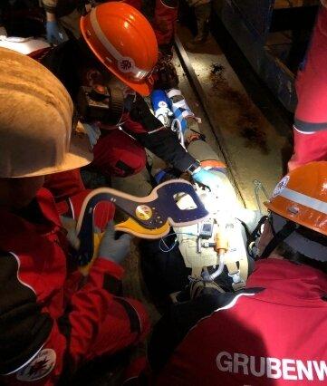 Simuliertes Grubenunglück: Hier wird der Patient in 150 Metern Tiefe fixiert und stabilisiert.