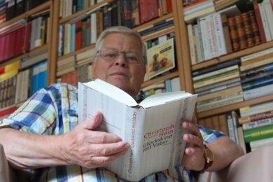 """Rüdiger Bernhardt mit dem Band """"Glückskind mit Vater"""" von Christoph Hein. Ein Buch über den preisgekröntenAutor hat der im vogtländischen Bergen lebende Literaturprofessor noch immer im Blick."""
