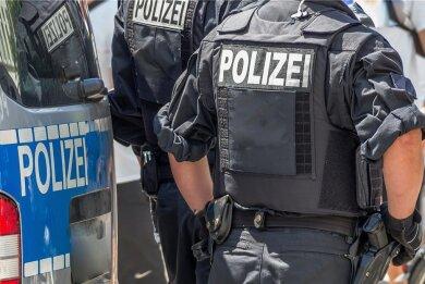 """Dieses Symbolfoto zeigt einen Polizeieinsatz. Wenn sie auf Streife seien, müssten er und seine Kollegen in kurzer Zeit Entscheidungen treffen, erklärt ein wegen Körperverletzung im Amt angeklagter Beamter aus Plauen. """"Die sind nicht immer richtig."""""""