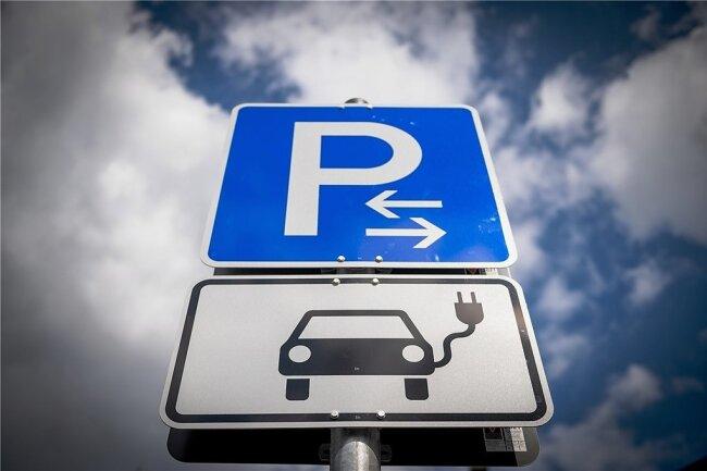 Ab 2035 sollen im EU-Raum nur noch emissionsfreie Autos neu zugelassen werden. Dazu sieht der EU-Plan den massiven Ausbau der Ladeinfrastruktur bis 2030 mit zehn Millionen Ladestationen vor. Experten halten das für wenig realistisch.