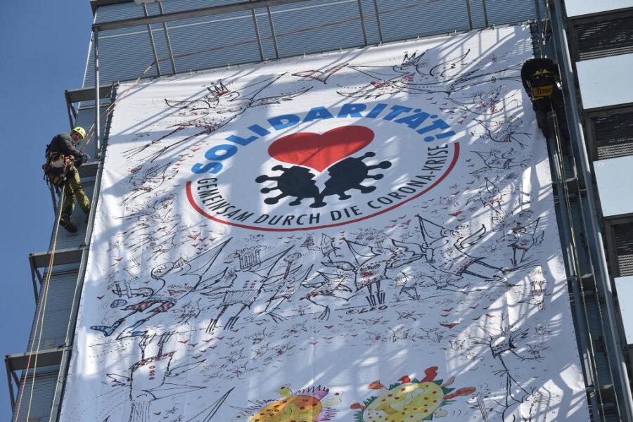 Riesenposter ruft zu Solidarität in Corona-Krise auf