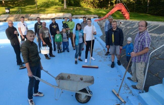 Freiwillige aus Kottengrün haben in den vergangenen Wochen das Becken im Freibad abgedichtet und gestrichen.