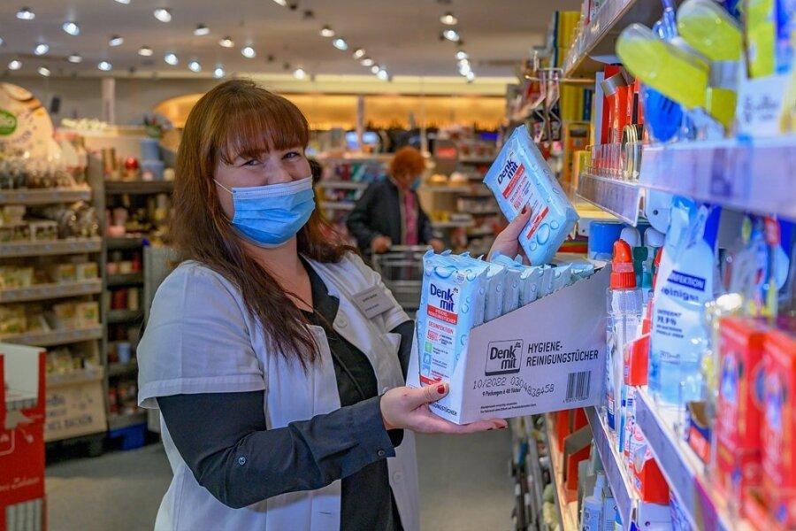 Einer von 66 Standorten in Sachsen: DM-Drogeriemarkt in der Chemnitzer Sachsenallee. Mitarbeiterin Jasmin Spindler sortiert hier Hygieneartikel ein. Die Filiale soll 2021 modernisiert werden.