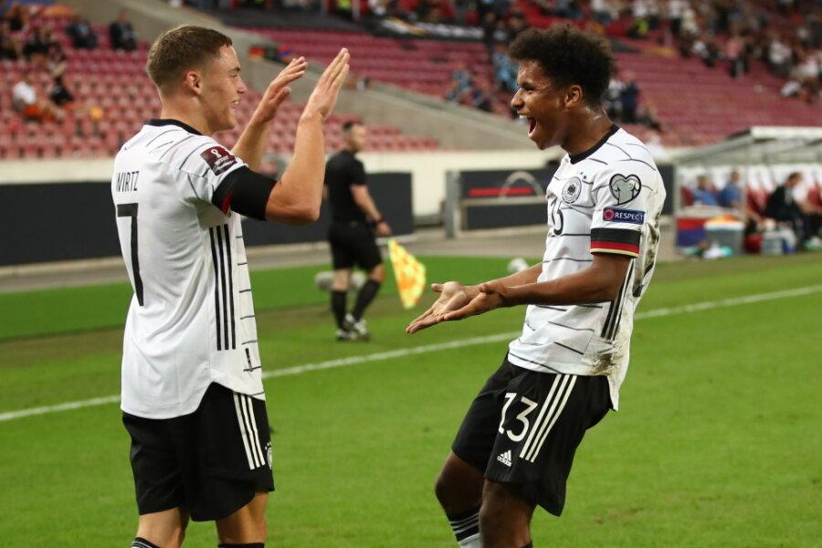 Deutschlands Karim Adeyemi (r) jubelt zusammen mit Florian Wirtz nach seinem Treffer zum 6:0.