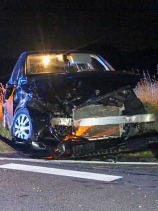 Der Mercedes wurde bei dem Unfall, der sich am späten Dienstagabend zwischen Großrückerswalde und Marienberg ereignet hat, komplett zerstört.