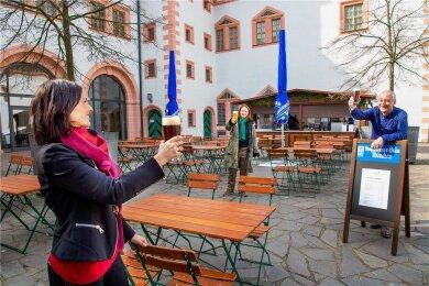 Dank des Pilot-Projekts kann die Gastronomie auf Schloss Augustusburg mit neuer Betreiberfirma in die Saison starten. Katrin Johst, Geschäftsführerin von Polster-Catering prostet schon mal Schlosschefin Patrizia Meyn und Rupert Ostermaier, Vertrieb Augustiner-Bräu, zu.