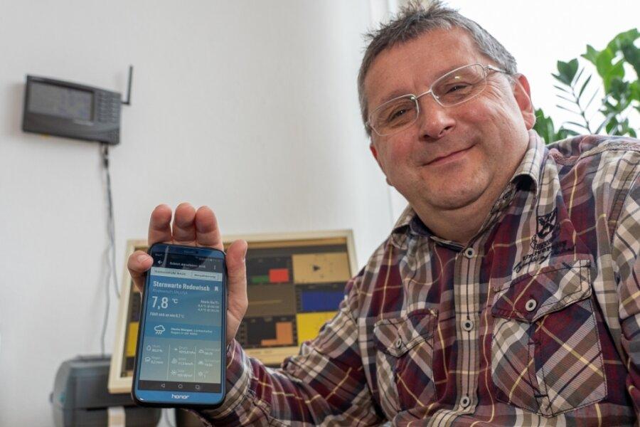 Die Daten der neuen Wetterstation Sternwarte Rodewisch kann jedermann am Computer oder übers Smartphone abrufen. Olaf Graf, Leiter der Einrichtung, demonstriert die Handhabung.Fotos: David Rötzschke (2)