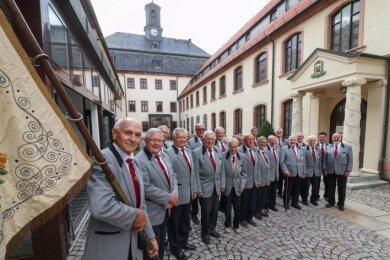 Der Burgstädter Männerchor Einklang mit Vereinsfahne im Rathaushof, wo am Dienstag eine Serenade vor 55 Besuchern stattfand.