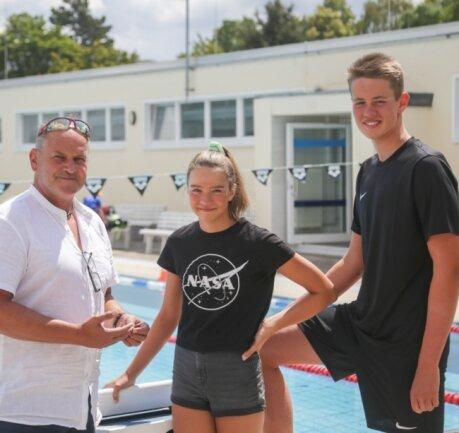 Erfolgreiches Trio aus Mittelsachsen: Trainer Ralph Jandt aus Rochlitz mit Kristin Bergmann und Magnus Bergmann vom ATSV Freiberg am Schwimmbecken im Sportforum Chemnitz. Die Geschwister trainieren seit diesem Jahr gemeinsam am Sportgymnasium und gehören in ihren Altersklassen zu den Besten - Kristin sogar auf nationaler Ebene.