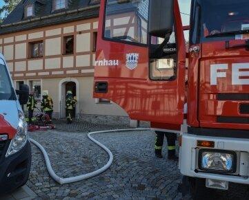 Ein Schwelbrand mit starker Rauchentwicklung hat in Olbernhau zwei Feuerwehren auf den Plan gerufen.
