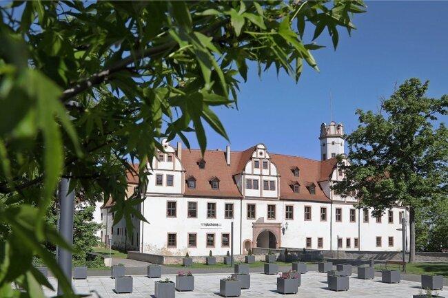 Die Kübel am Glauchauer Schlossvorplatz sind neu bestückt worden. Doch noch sind einige leer.