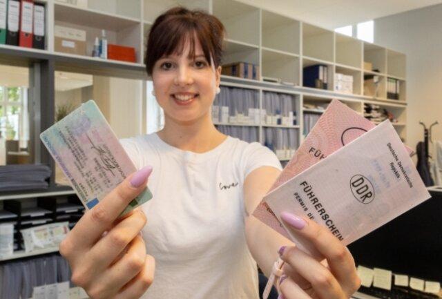 Die alten Führerscheine (rechts) verlieren ihre Gültigkeit. Die Mitarbeiterin der Führerscheinstelle, Sarah Küchler, zeigt den neuen.