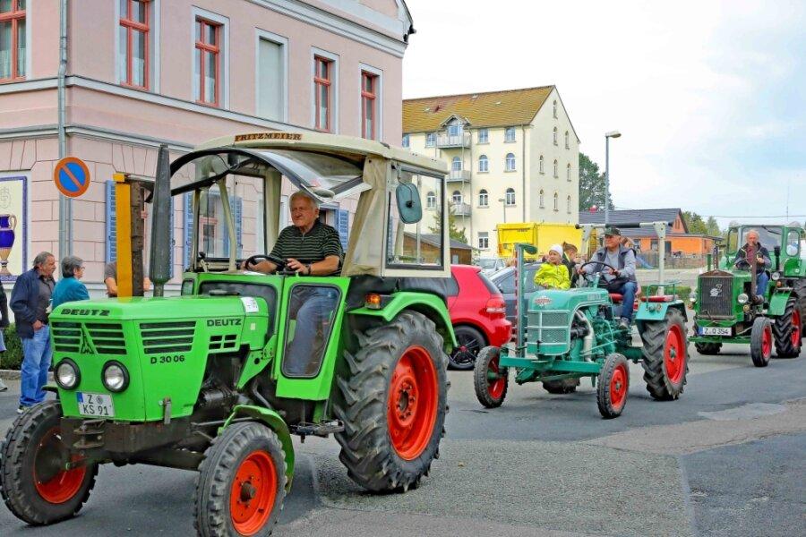Traktorenkorso rollt durch Ort