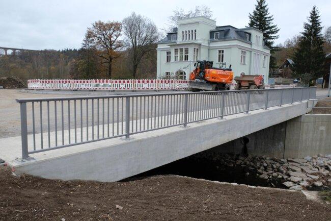 Der Ersatzneubau der unteren Brücke am Karl-Marx-Ring in Mylau ist fertig. Das Nadelöhr der Göltzsch ist hier Geschichte. Die Brücke wurde erhöht, der Durchlasse vergrößert.