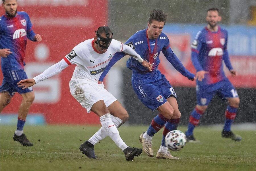 Steffen Nkansah (l.), der wegen eines Nasenbeinbruchs eine Maske trägt, gegen den KFC Uerdingen im Duell mit Peter van Ooijen.