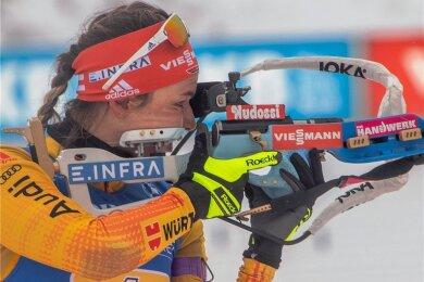 Denise Herrmann beim Weltcup in Oberhof im Staffelrennen am Schießstand in Aktion. Am Ende triumphierten die deutschen Damen.
