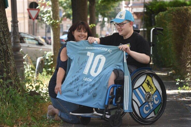 Katja Wedel und ihr Sohn Leon haben ein Trikot des CFC mit Unterschriften der Spieler zu einer Versteigerung angeboten, um mit dem Geld dem Verein zu helfen. Die Reaktion überraschte die Familie.