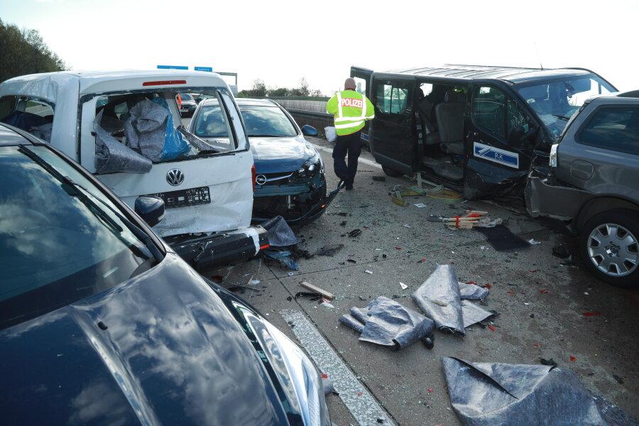 Ein schwerer Auffahrunfall hat sich am Donnerstagnachmittag auf der A 4 am Autobahndreieck Nossen ereignet.