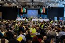 Wahlhelfer mit gelben Westen sammeln beim Landesparteitag der sächsischen AfD Stimmzettel ein.