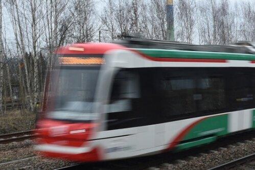 Eine Citylink-Bahn des Chemnitzer Modells auf der Strecke nach Burgstädt.