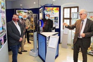 Reinhard Müller, Geschäftsleiter der Düngekalk-Hauptgemeinschaft im Bundesverband der Deutschen Kalkindustrie (rechts), eröffnete die Sonderausstellung in Blankenhain.