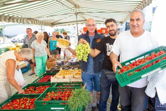 Dirk Neff, Elias Ahlbeck und Thabet Alsaleh (von links) öffnen immer mittwochs ihren Marktstand.