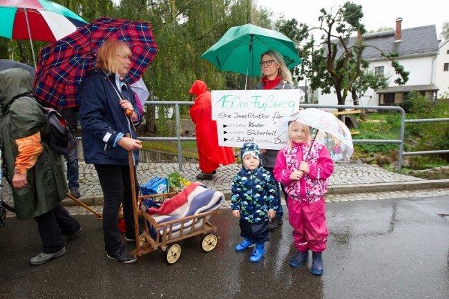 Junge Eltern mit Kleinkindern, aber auch ältere Bürger haben sich mit Fahrrädern, Handwagen und Schubkarren an dem Protestmarsch auf der stark befahrenen Zwoschwitzer Straße beteiligt.