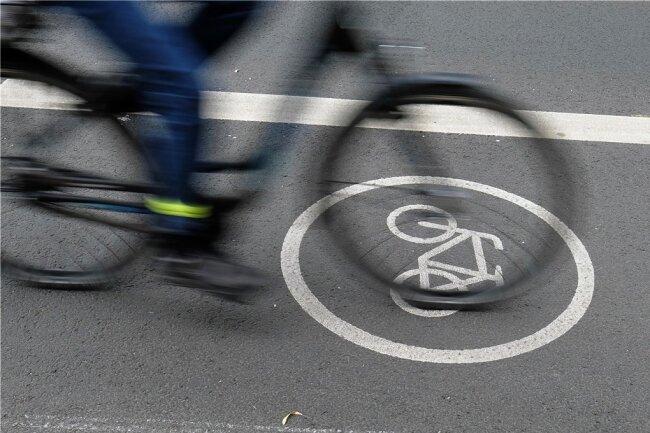 Ein Radfahrer auf dem Radfahrstreifen. In anderen Bundesländern wird mehr in das Radwegenetz investiert, beklagt der ADFC.