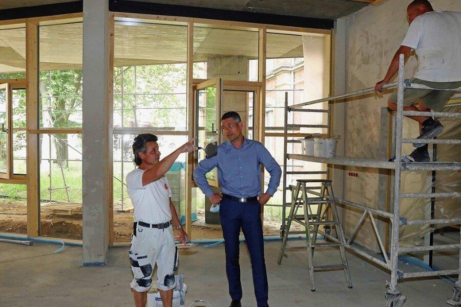 Schulleiter Jörg Oettler (rechts) erkundigt sich bei Matthias Kokert nach dem aktuellen Arbeiten.