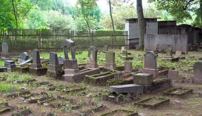 Mehrere Kindergrabsteine wurden auf dem Jüdischen Friedhof vermutlich umgestoßen.