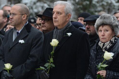US-Generalkonsul Mark J. Powell, Sachsens Ministerpräsident Stanislaw Tillich (CDU) und Dresdens Oberbürgermeisterin Helma Orosz (l-r) mit weißen Rosen.