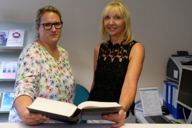 Die neue Besetzung in der Beratungsstelle Aue der Verbraucherzentrale ist nun wieder die alte: Leiterin Simone Woldt (r.) wird von Arleen Becker unterstützt, die aus dem Mutterschaftsurlaub zurückgekehrt ist.