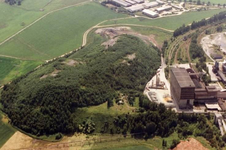 Die begrünte Halde neben dem Martin-Hoop-Werk IV trug die Nummer 32. Das Foto entstand im Jahr 1995.