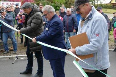 Ortsvorsteher Jörg Reichel, Landrat Frank Vogel und Zschopaus Oberbürgermeister Arne Sigmund (von rechts) gaben mit dem Zerschneiden des Bandes die Straße frei.