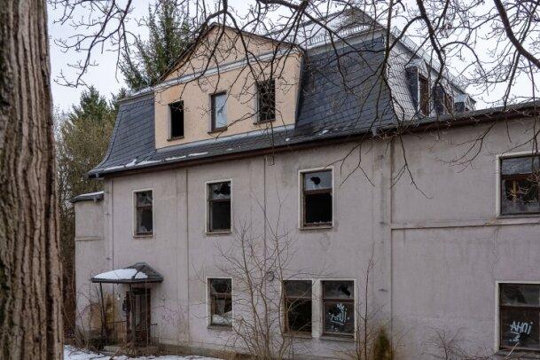 Über den von der Stadt forcierten Abriss des 1913 als Reiterdomizil erbauten und später als Kinderheim genutzten Hauses an der B 169 muss das Verwaltungsgericht in Chemnitz entscheiden. Ein Termin ist offen.