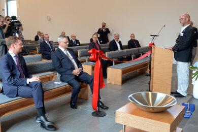 Unter die Gratulanten zum Kirchenneubau in Auerbach mischte sich (links) Sachsens Ministerpräsident Michael Kretschmer (CDU).