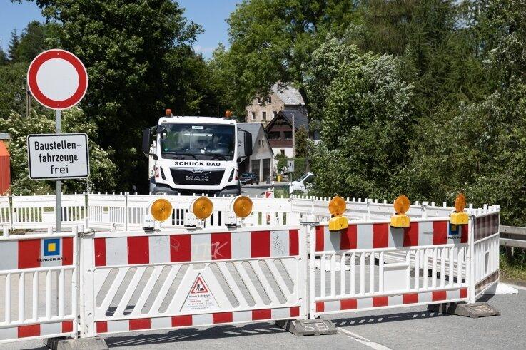 Noch bis voraussichtlich Freitag bleibt die B 95 in Bärenstein voll gesperrt. Dort wird im Bereich Stahlberger Weg eine Gasleitung angeschlossen. Unterdessen ist der Abschnitt zwischen Morgensonne und Bärenstein seit dem gestrigen Dienstag wieder für den Verkehr freigegeben.