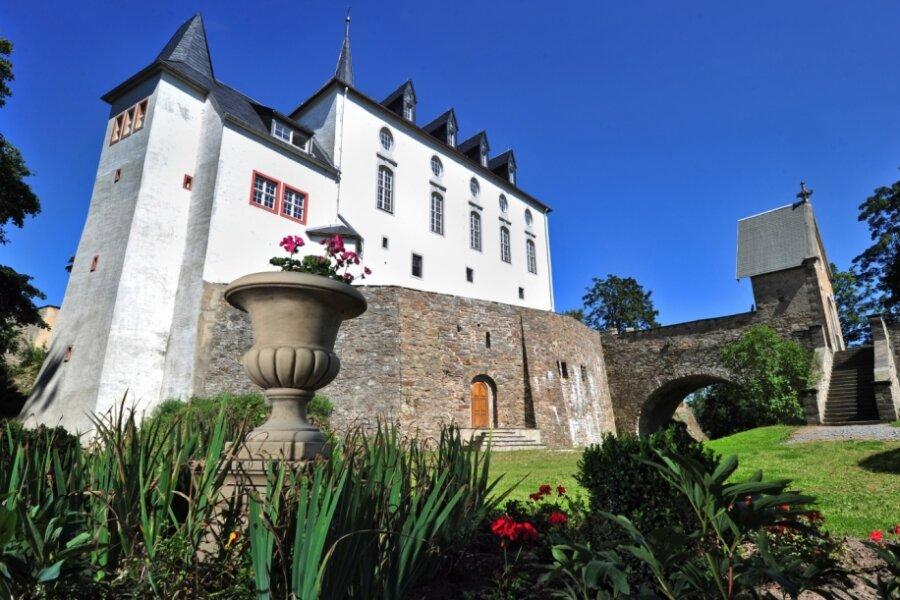 Das Schloss Purschenstein gilt als Wahrzeichen von Neuhausen. Einst gehörte es der Gemeinde, konnte aber verkauft werden. Heute befindet sich darin ein Hotel.