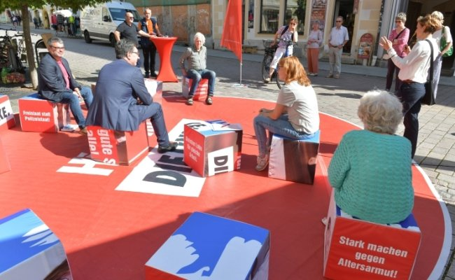 Katja Kipping (r. am Mikro), Stefan Hartmann (2. v. l.), Marika Tändler-Walenta (M.) und Ralf Hron vom DGB beim Wahlkampf in Freiberg.