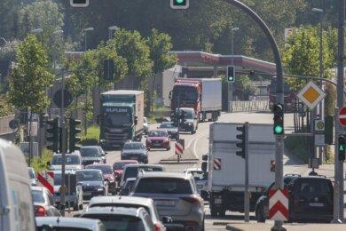 Die Zschopauer Straße/B 174 in Chemnitz auf Höhe Südring, Blick stadtauswärts: Fahrzeuge aus Richtung Erzgebirge und Südosteuropa fahren hier von der Bundesstraße auf den Südring und Autos die von der Autobahn kommen, steuern vom Südring auf die B 174. Darunter sind auch viele Lkw.
