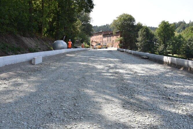 Die neue Fahrbahn der B 92/Egerstraße in Oelsnitz ist im Abschnitt zwischen Abzweig Görnitzer Weg und Tanzermühle schon erkennbar. Die Granitborde sind gesetzt. Rechterhand hinter der Borde schließt sich der neue Radweg an, für welchen ein Böschungsaufbau erforderlich ist.