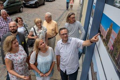 Ausstellungseröffnung an der Marktstraße. OB Raphael Kürzinger erzählt den Gästen der Vernissage begeistert von der Tex.