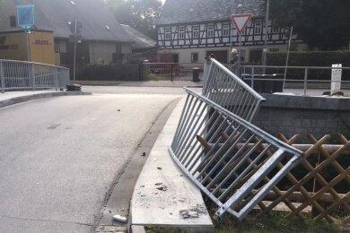 Die von einem Sattelschlepper demolierte Brücke am Ahnerweg in Burkhardtsdorf.