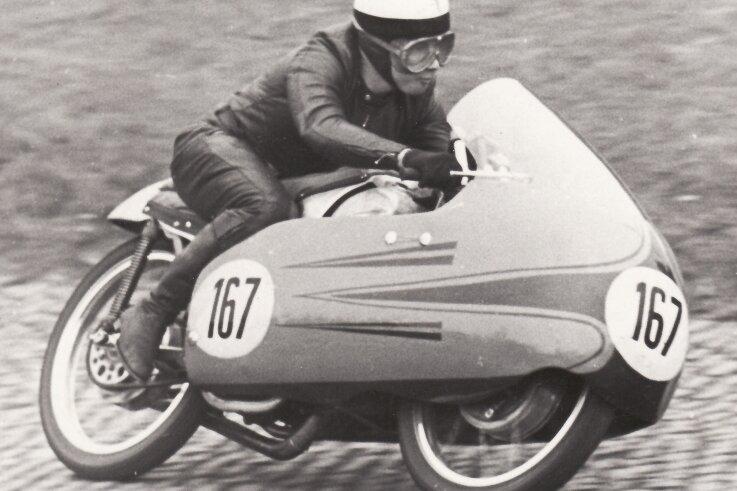 Gustl Hobl 1955 auf seiner brandneuen 116-ccm-DKW, mit der er sowohl Rundenrekord als auch Sieg auf dem Sachsenring in den Asphalt brannte.