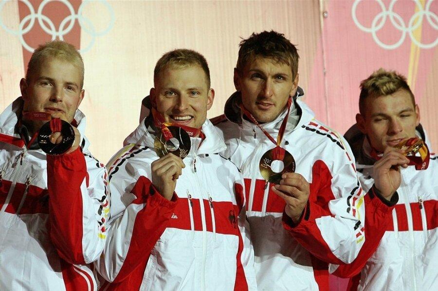 René Hoppe (2. von links) gewann bei Olympia 2006 Gold im Viererbob von André Lange (links) mit Kevin Kuske und Martin Putze (rechts). Dass er in Oelsnitz im Vogtland geboren ist, ist weitgehend unbekannt.